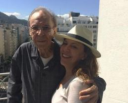 10 de Junho - João Gilberto e Bebel Gilberto em post no Instagram de Bebel, em 2015.