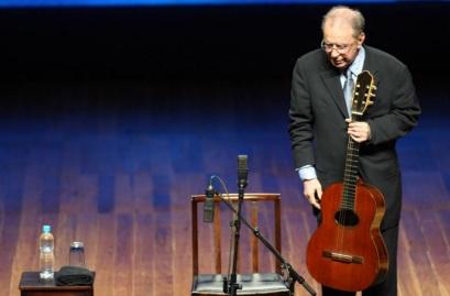 10 de Junho - João Gilberto no palco.