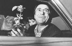 10 de Junho - João Gilberto recebendo uma flor dentro do carro.