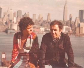 10 de Junho - Miúcha e João Gilberto, em Nova York, ainda casados.