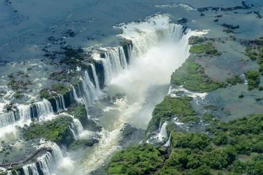 10 de Junho - Panorama aéreo das Cataratas do Iguaçu, fronteira Argentina-Brasil - Foz do Iguaçu (PR) - 103 Anos.