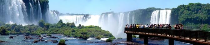 10 de Junho - Panorama do lado brasileiro das Cataratas do Iguaçu. Ao fundo é possível ver a passarela do lado argentino - Foz do Iguaçu (PR) - 103 Anos.