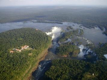 10 de Junho - Parque Nacional do Iguaçu - Fotografia aérea do Parque, o lado brasileiro fica à esquerda - Foz do Iguaçu (PR) - 103 Anos.