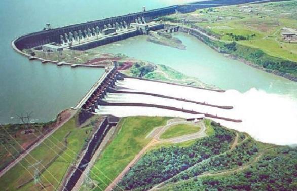 10 de Junho - Vista aérea da Usina Hidrelétrica de Itaipu, a maior do mundo em geração de energia - Foz do Iguaçu (PR) - 103 Anos.