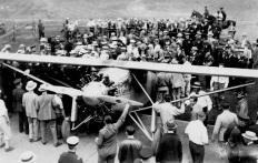 11 de Junho - 1927 – O aviador Charles Lindbergh é recebido com festa em Nova York, após o primeiro voo sem escalas de Nova York a Paris.
