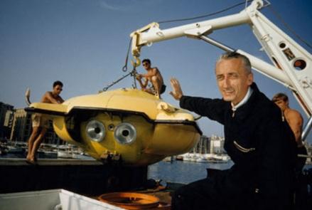 11 de Junho - Jacques Cousteau, explorador e inventor francês - com equipamento de pesquisa.