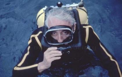 11 de Junho - Jacques Cousteau, explorador e inventor francês - megulhando em alto-mar.