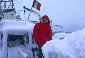 11 de Junho - Jacques Cousteau, explorador e inventor francês - no oceano com temperaturas congelantes.