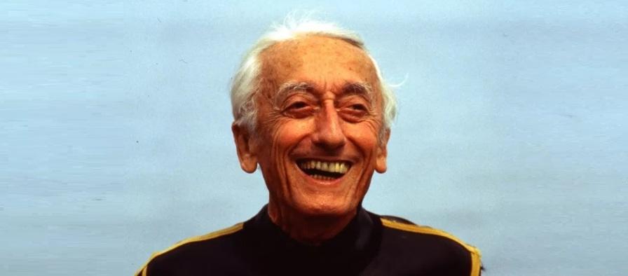 11 de Junho - Jacques Cousteau, explorador e inventor francês - rindo em alto-mar.