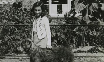 12 de Junho - Anne Frank passeando com o cachorro.