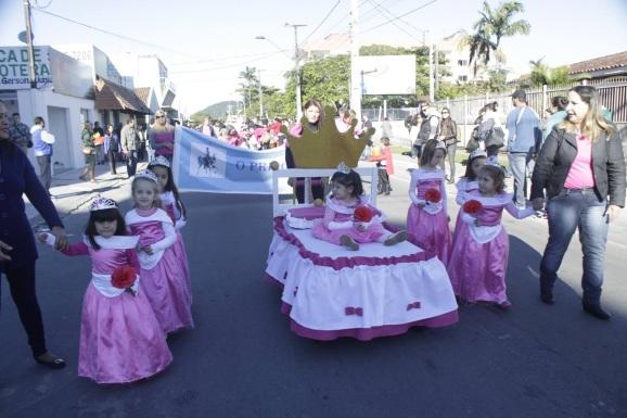 12 de Junho - Meninas no desfile de aniversário da cidade de Matinhos, em 2016 - A (Cidade) Namorada do Paraná - Matinhos (PR) - 50 Anos.