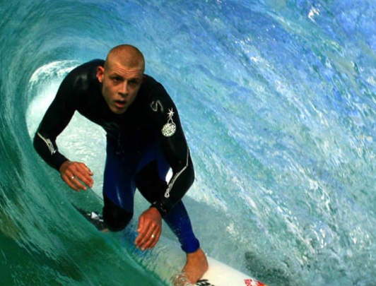 13 de Junho - 1981 – Mick Fanning, surfista australiano - pegando um tubo.