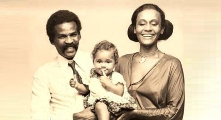 13 de Junho - Antonio Pitanga com a ex-esposa Vera e sua filha, Camila Pitanga, ainda bebê.