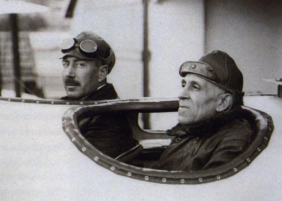15 de Junho - 1922 – Os aviadores portugueses Gago Coutinho e Sacadura Cabral chegam ao Rio de Janeiro em um hidroavião, realizando a primeira travessia aérea do Atlântico Sul.