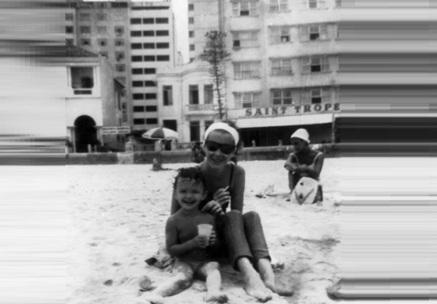 15 de Junho - A atriz Lilian Lemmertz com a filha Julia, na Praia de Copacabana.