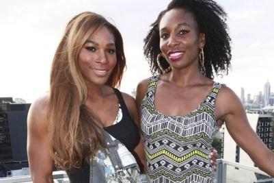 17 de Junho - Serena e Venus Williams em trajes de festa.