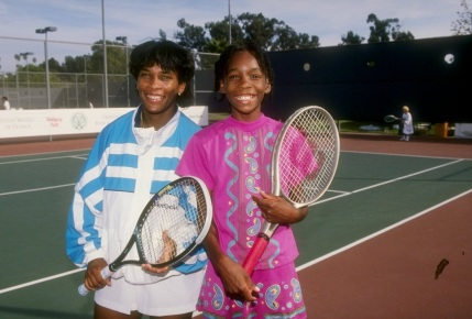 17 de Junho - Serena e Venus Williams na quadra, quando adolescentes.