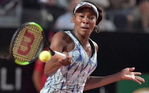 17 de Junho - Venus Williams jogando no French Open.