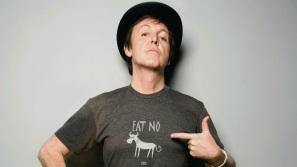18 de Junho - Paul McCartney - cantor e compositor inglês - com camiseta contra a gordura, a carne animal.