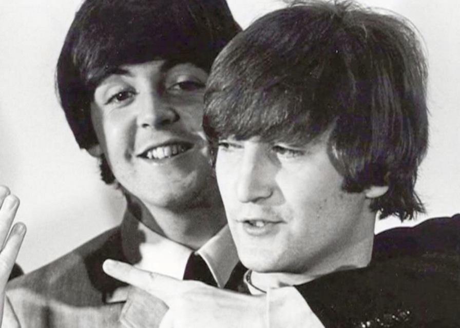 18 de Junho - Paul McCartney - cantor e compositor inglês - com John Lennon.