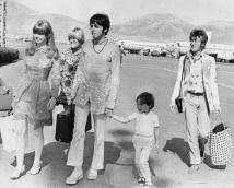 18 de Junho - Paul McCartney - cantor e compositor inglês - com Lennon no aeroporto.