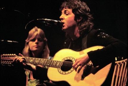 18 de Junho - Paul McCartney - cantor e compositor inglês - com Linda, na banda Wings.