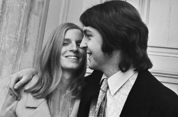 18 de Junho - Paul McCartney - cantor e compositor inglês - com Linda.