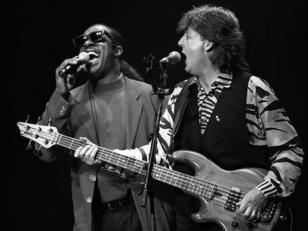 18 de Junho - Paul McCartney - cantor e compositor inglês - com Stevie Wonder.