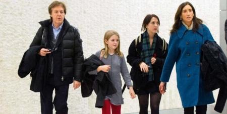 18 de Junho - Paul McCartney - cantor e compositor inglês - com sua atual esposa, Nancy, sua filha Beatrice e uma amiga dela.