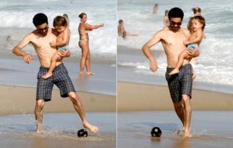 2 de Junho - 1980 - Caio Blat de Oliveira, ator brasileiro - Aproveitando o dia de sol com filho Bento, na praia.