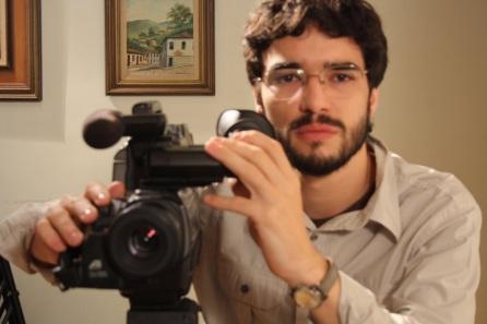 2 de Junho - 1980 - Caio Blat de Oliveira, ator brasileiro - Com câmera, desfocado.
