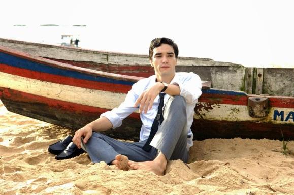 2 de Junho - Caio Blat interpretando Neco Pedreira em 'O Bem Amado'.