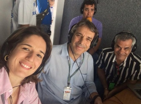 20 de Junho - Oscar Ulisses (no centro, de camisa azul clara) e seus colegas na cabine de rádio do estádio.