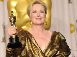 22 de Junho - Meryl Streep, atriz, com o Oscar na mão direita, exibindo aos fotógrafos.