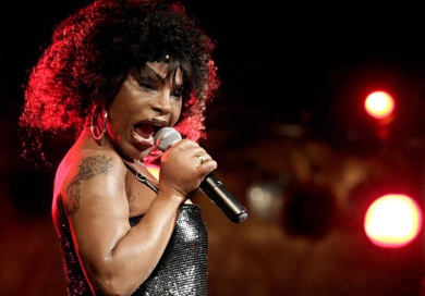 23 de Junho - Elza Soares cantando.