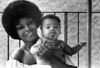 23 de Junho - Elza Soares com Garrinchinha, em 1977. Menino morreu aos 9 anos, num acidente.
