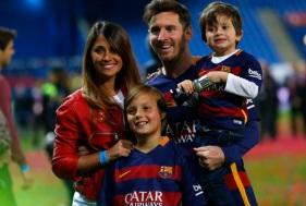 24 de Junho - Messi com a esposa e filhos.