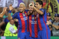 24 de Junho - Neymar, Lionel Messi e Luis Suarez, comemoram gol do Barcelona.