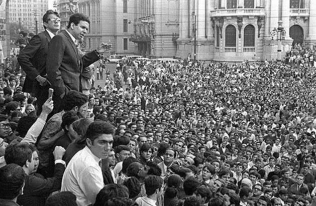 26 de Junho - 1968 - Ocorre a 'Passeata dos Cem Mil', manifestação popular de protesto contra a Ditadura Militar no Brasil. Em destaque, Vladimir Palmeira, o líder do movimento.