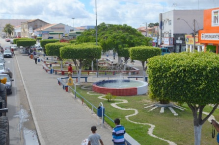26 de Junho - Avenida e o comércio da cidade — Poções (BA) — 137 Anos.