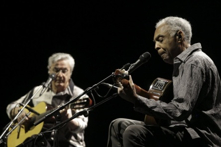 26 de Junho - Caetano Veloso e Gilberto Gil tocando juntos durante um show.