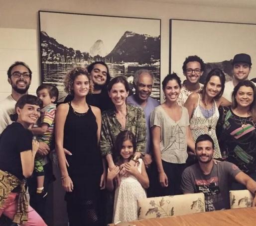 26 de Junho - Tropicália - Gilberto Gil em festa com a família. Esposa, filhos e netos.