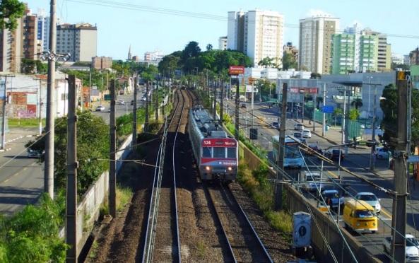 27 de Junho – Trensurb, um dos meios de transporte da cidade em 2012. O Canoas Shopping pode ser visto do lado direito da foto — Canoas (RS) — 78 Anos.