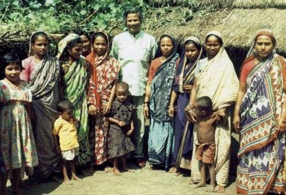 28 de Junho – Muhammad Yunus com mulheres de uma comunidade de baixa renda.
