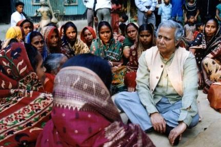 28 de Junho – Muhammad Yunus conversa com mulheres de uma comunidade de baixa renda.