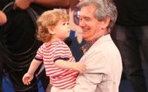 29 de Junho — Serginho Groisman, jornalista e apresentador de televisão brasileiro, com seu filho no 'Altas Horas'.