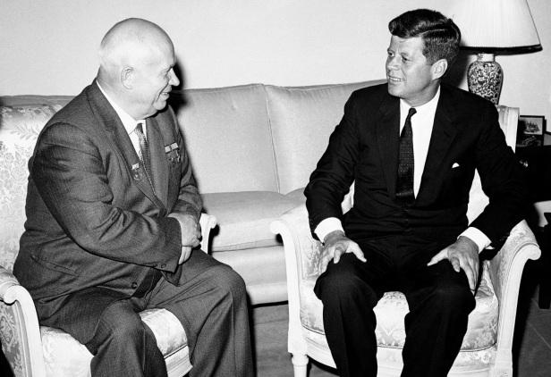 3 de Junho - 1961 - O presidente dos Estados Unidos, John Kennedy, e o primeiro-ministro soviético, Nikita Kruschev, encontram-se em Viena na Áustria pela primeira vez.