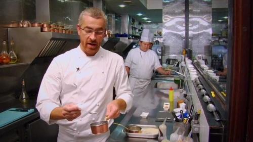 3 de Junho - O chef Alex Atala cozinhando em seu restaurante.