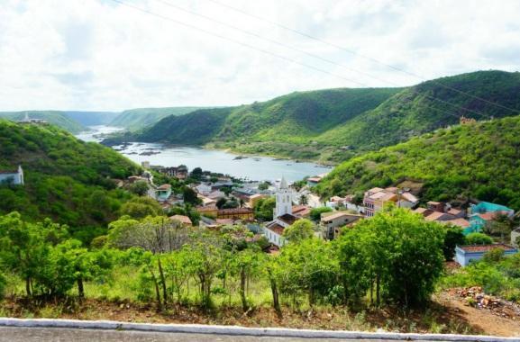 3 de Junho - Torre da Igreja, casas e o Rio São Francisco ao fundo - Piranhas (AL) - 130 Anos.
