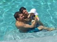 30 de Junho — Michael Phelps com a esposa Nicole Johnson e seu filho Boomer, na piscina.